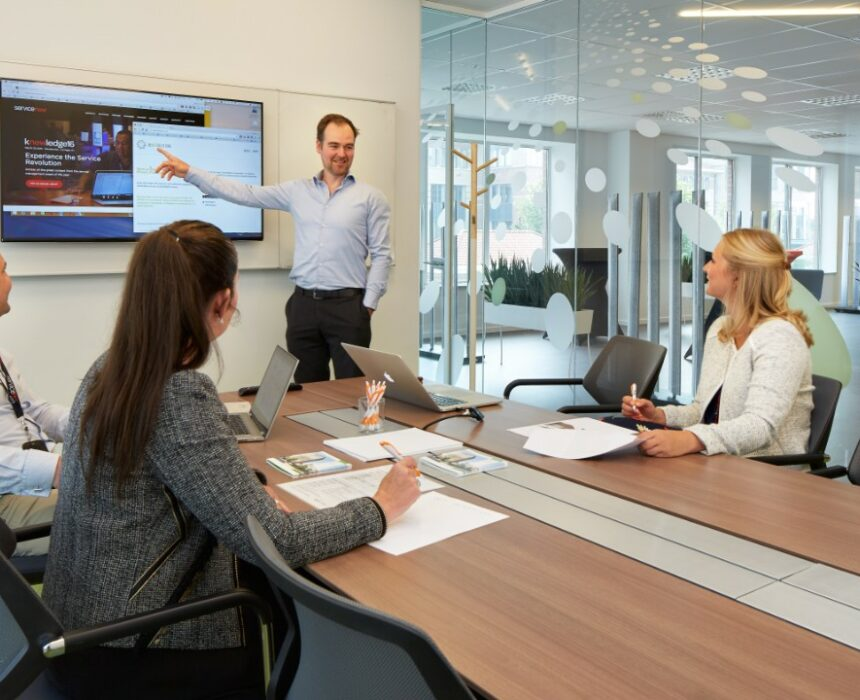 A meeting in the Komuna meeting room