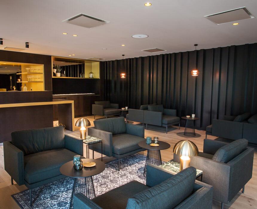 Gezellige lounge met bar in de boardroom